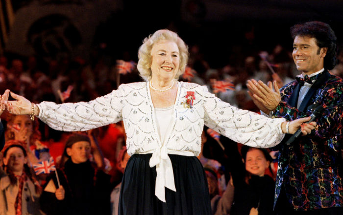 استعانت الملكة إليزابيث بأغنيتها… وفاة أسطورة الغناء البريطانية فيرا لين عن 103 عاما