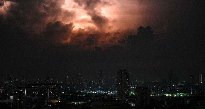 عاصفة رعدية ضخمة تحجب نور الشمس… صور