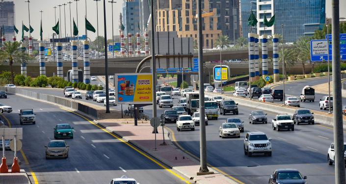 في ثوان معدودة… لص يسرق سيارة سعودي بطريقة عجيبة… فيديو