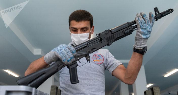 """لأول مرة في روسيا… """"كلاشنيكوف"""" تنتج بندقية ذكية"""