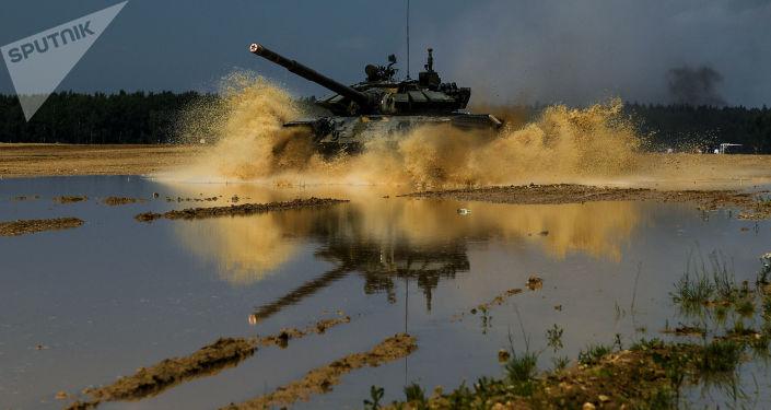 """دبابات """"تي-72"""" تعبر نهرا أثناء التدريبات… فيديو"""